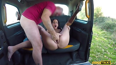 Sack-sucking Lyen Parker hooks up with her hung and sex-mad driver