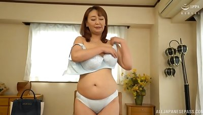 Amateur solo video of Japanese mature Nishiuchi Risako getting naked